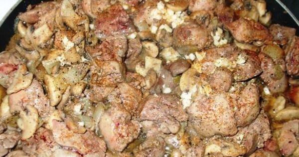 Wątróbka drobiowa z pieczarkami - Gdy zmieni kolor, połączyć ją z cebulą i pieczarkami, przyprawić do smaku