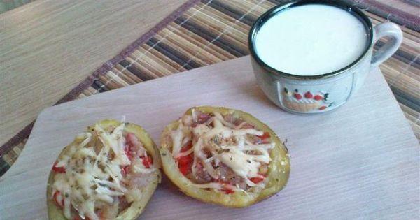 Zapiekane łódeczki ziemniaczane - Łódeczki ziemniaczane z papryką, cebulą i kiełbasą.