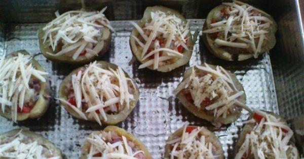 Zapiekane łódeczki ziemniaczane - Łódeczki posypać serem żółtym i oregano.