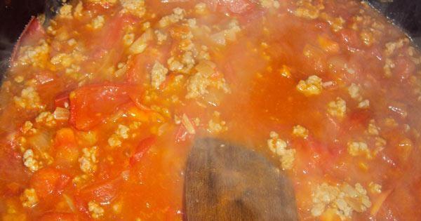 Zapiekanka z cukinii i mięsa mielonego - W pierwszej kolejności przygotowujemy sos mięsno-pomidorowy.