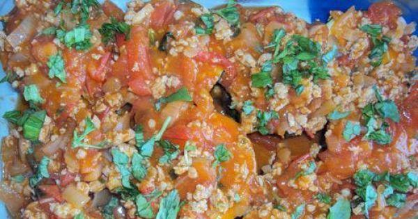 Zapiekanka z cukinii i mięsa mielonego - Cukinię pole2wamy sosem pomidorowym.Możemy też posypać świeżą posiekaną bazylią