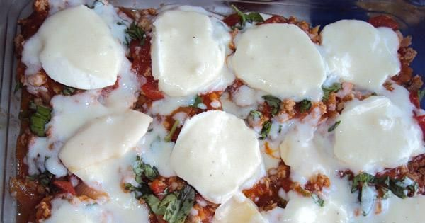 Zapiekanka z cukinii i mięsa mielonego - Kolejna warstwa to ser mozarelle i sos beszamelowy.