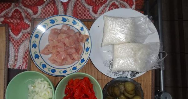 Zapiekanka z gyrosem i ryżem - Przygotowane produkty do smażenia i układania w naczyniu żaroodpornym.