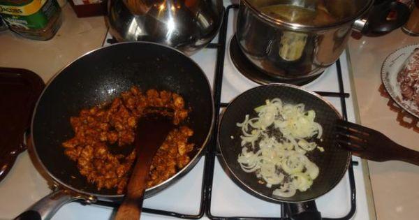 Zapiekanka z gyrosem i ryżem - Smażymy filety z kurczaka i cebulke na miękko.