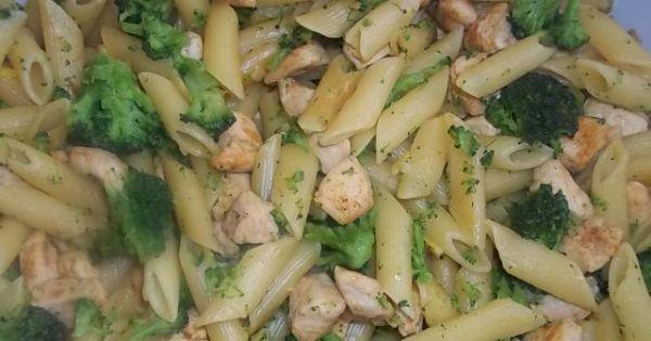 Zapiekanka z kurczakiem i brokułami - Ugotowany makaron wymieszany z mięsem i różyczkami brokuła.