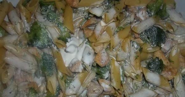 Zapiekanka z kurczakiem i brokułami - Makaron polany wymieszaną z jajkiem śmietaną.