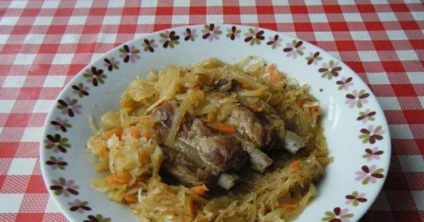 Żeberka duszone w kapuście kiszonej - Żeberka w kapuście podawać z pieczywem lub z ziemniakami.