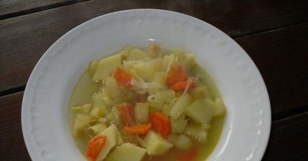 Zupa owocowo - warzywna - smaczna zupa z jarzyn i owoców na wegański obiad. .