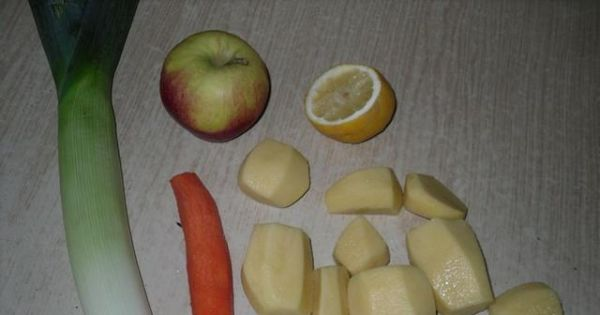 Zupa owocowo - warzywna - jabłko myjemy, kroimy w kostke i skrapaimy sokiem z cytryny.
