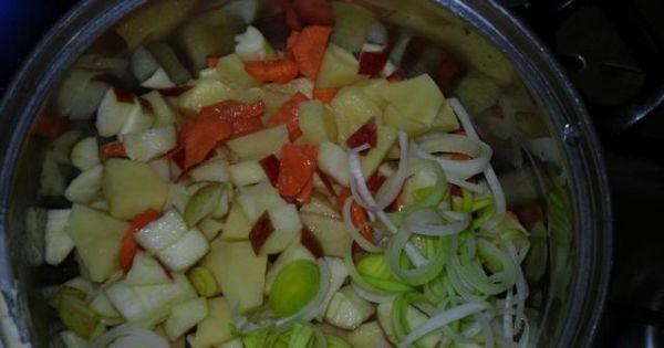Zupa owocowo - warzywna - W garnku rozgrzewamy olej i wrzucamy skrojone warzywa i owoce