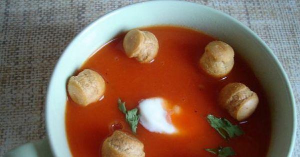 Zupa paprykowa - Zupa paprykowa podana z groszkiem ptysiowym.
