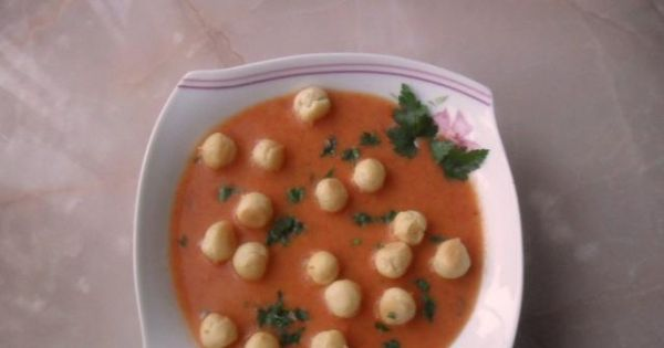 Zupa pomidorowa z groszkiem ptysiowym - Przed podaniem zupę posypać natką pietruszki