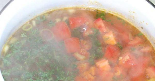 Zupa włoska z kurczakiem - Gotujące się warzywa w zupie z natką pietruszki