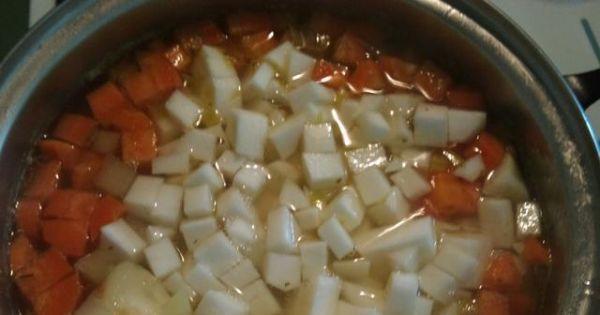 Zupa z białą rzodkwią - Gdy warzywa będą już prawie miękkie dodać pokrojoną rzodkiew Gotować jeszcze 5 minut
