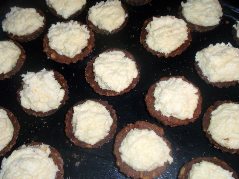 Babeczki orzechowe z masą kokosową