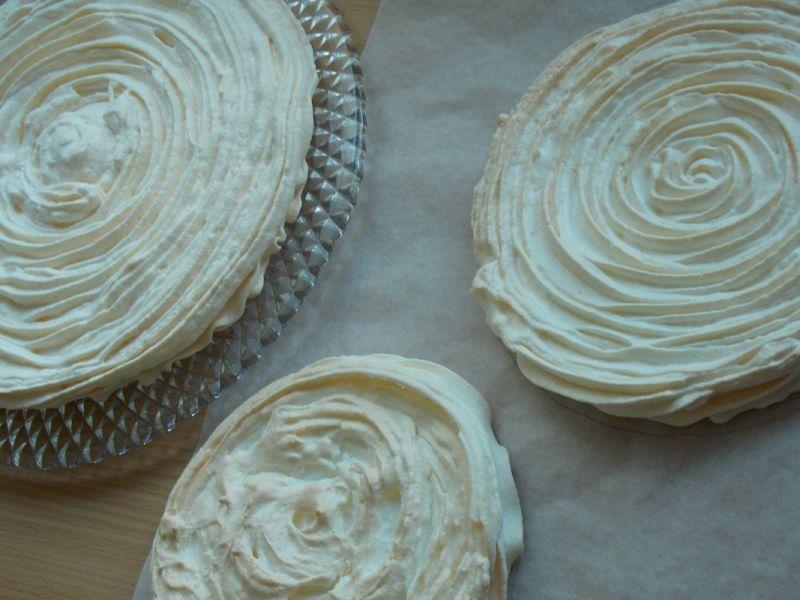 Bezowy tort z winnymi gruszkami
