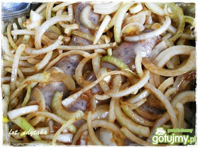 Biała kiełbasa pieczona z pieczarkami