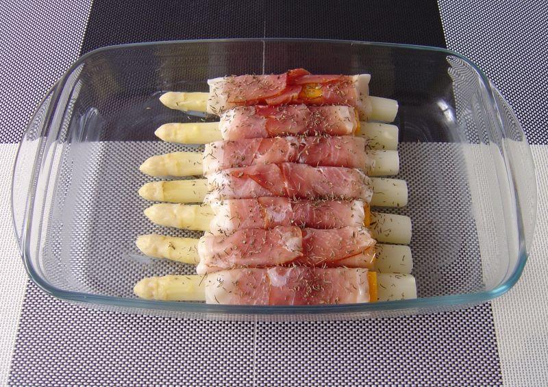 Białe szparagi w parmeńskiej szynce z chedda