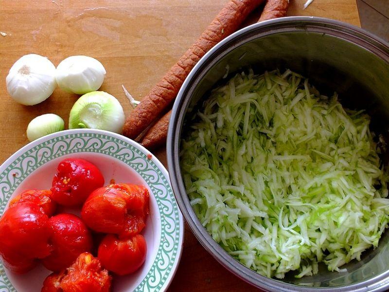 Bigos z cukinii i pomidorów
