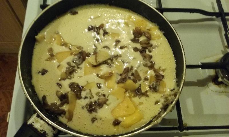 Biszkoptowy omlet z serem i pieczarkami