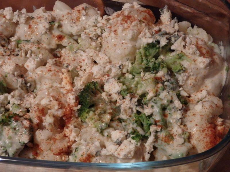 Brokuł i kalafior pod beszamelem i serem pleśniowy