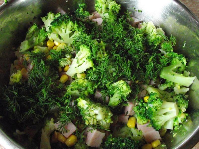 Brokułowa sałatka z szynka i kukurydzą