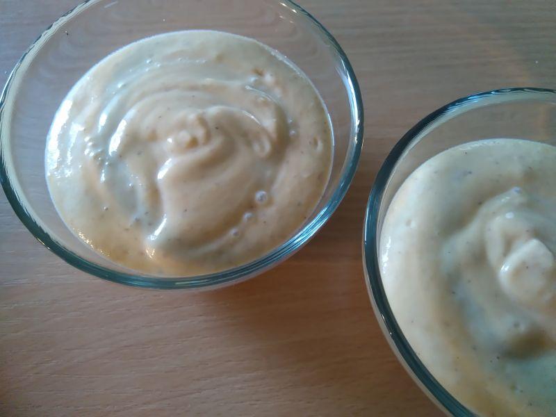 Brzoskwiniowy jogurt jaglany z wiśniami