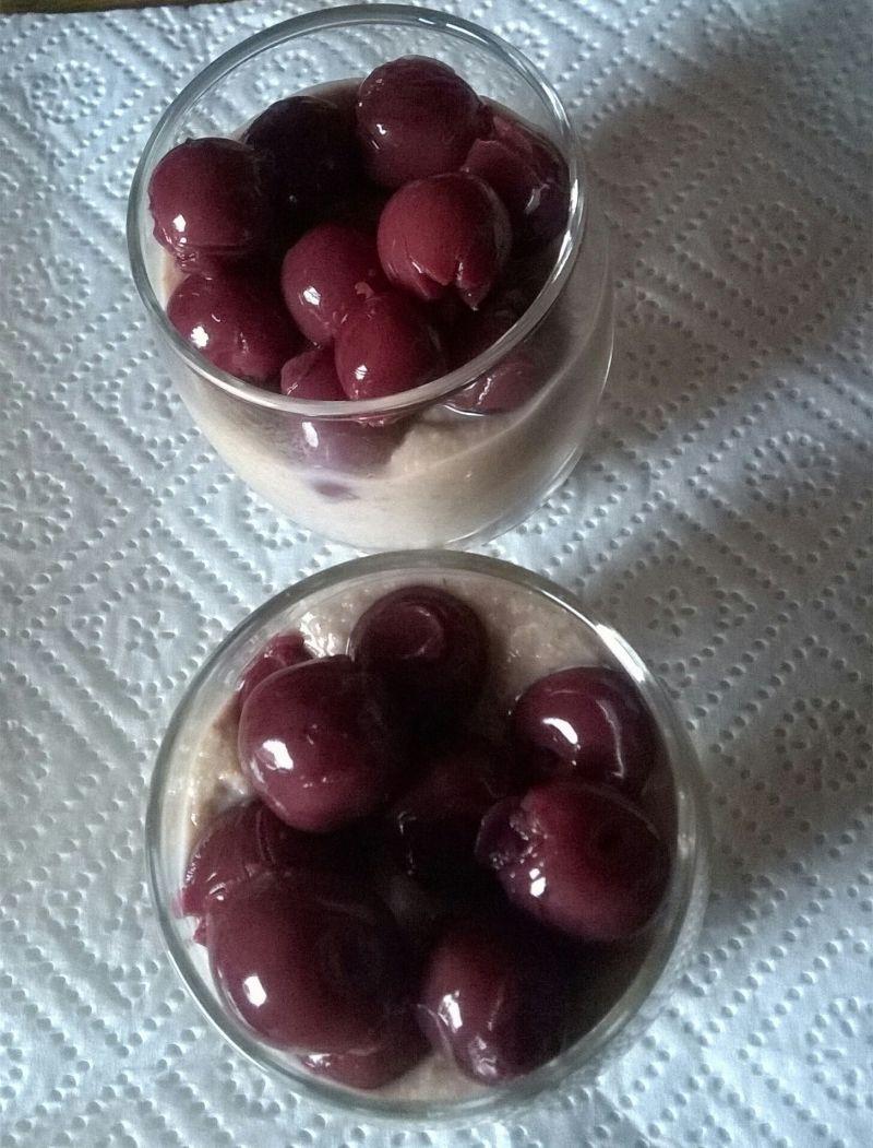 Budyń jaglany z  wiśniami