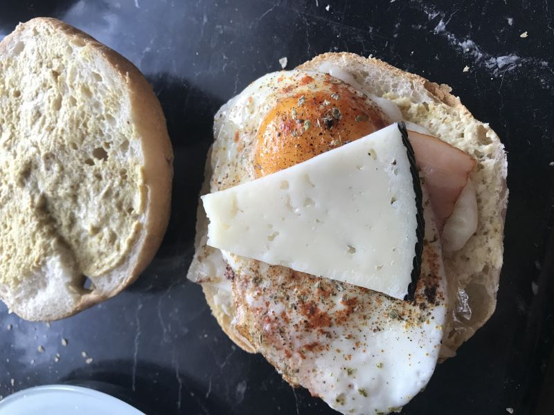 Bułka z manchego, jajkiem i grillowanym boczkiem