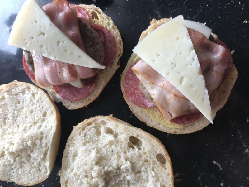 Burger z boczkiem i serem kozim