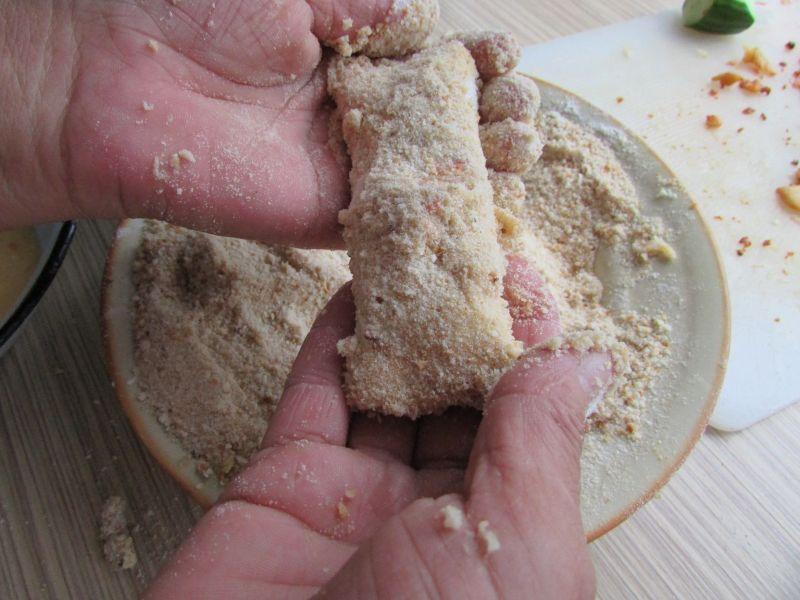 Chleb tostowy zasmażany na patelni z dodatkami