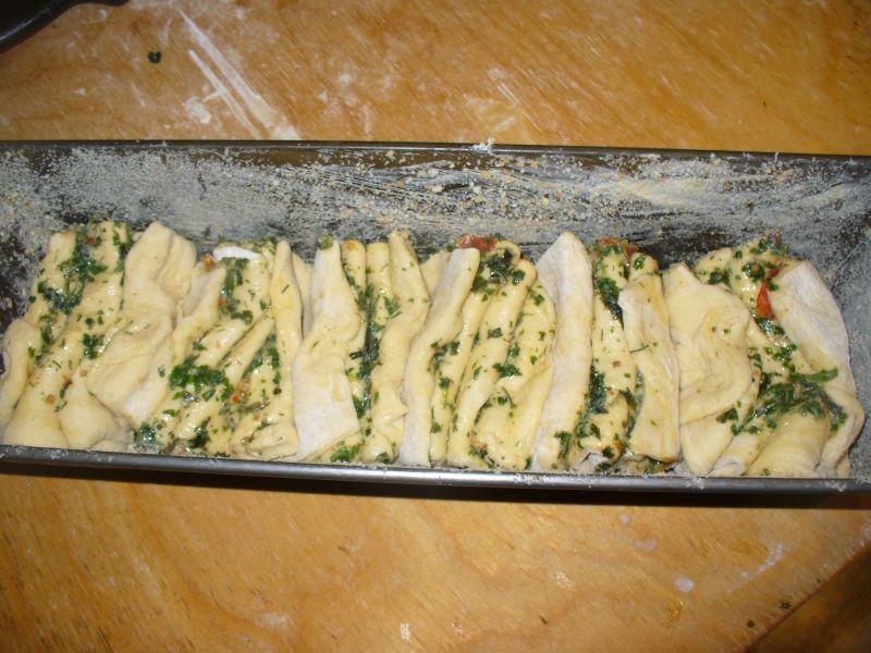 Chlebek odrywany z ziołami i pomidrkami suszonymi