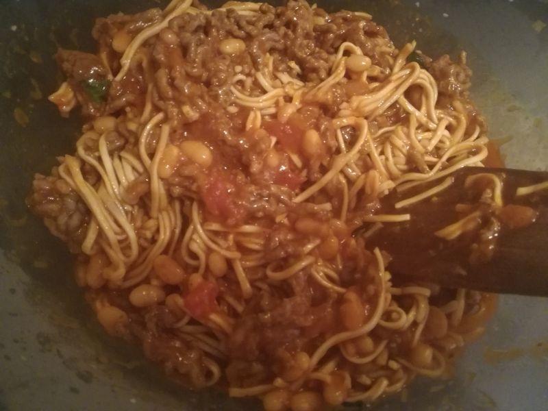 Chow mein z chili con carne z białą fasolą