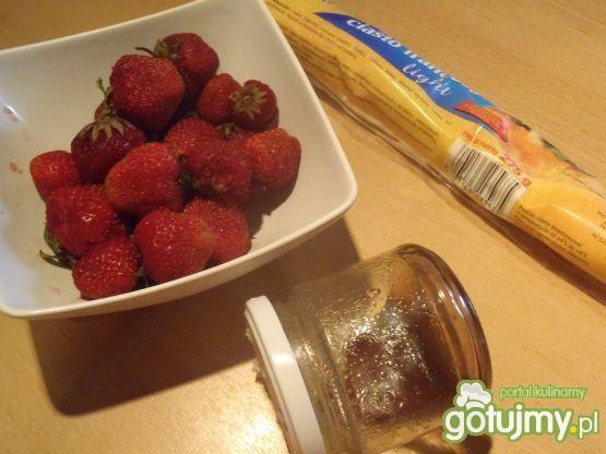 Ciastka francuskie z truskawkami
