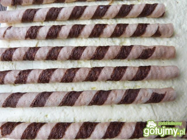 Ciasto kakaowe z rurkami waflowymi