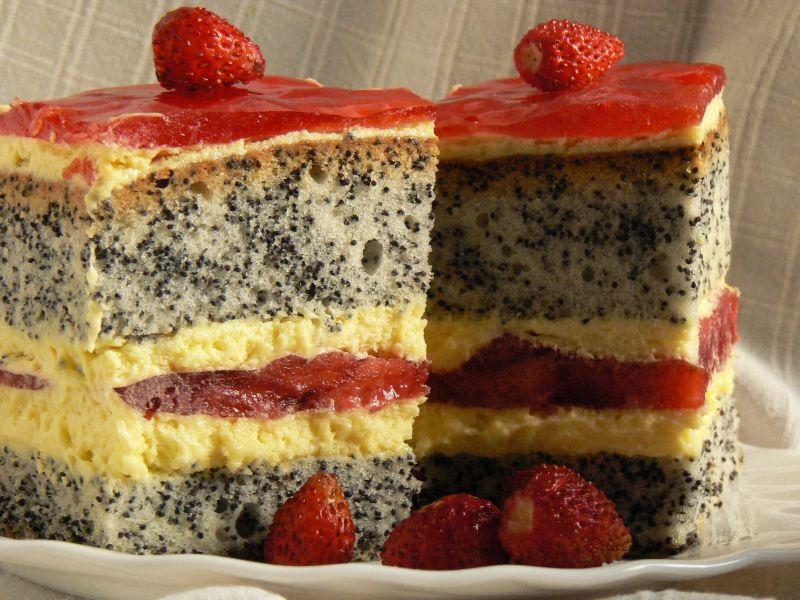 Ciasto makowe z kremem i truskawkami