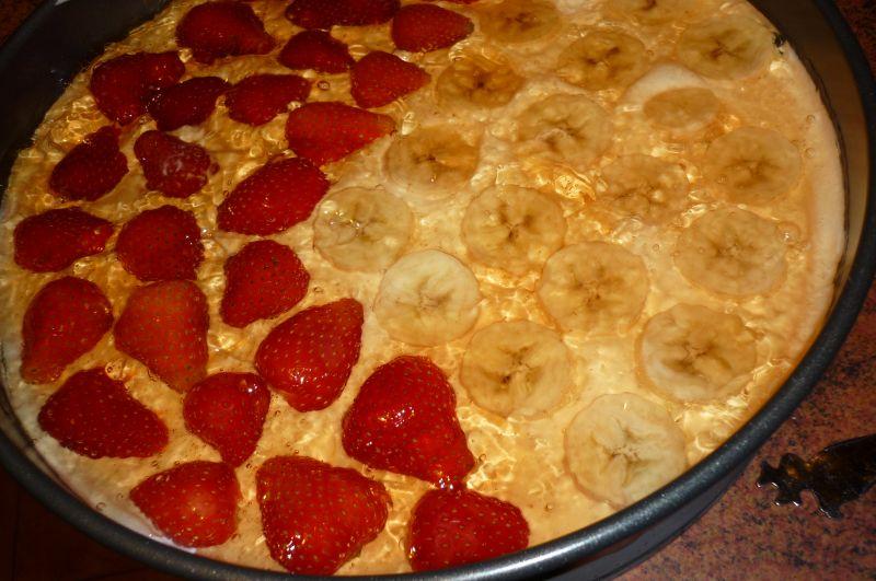 Ciasto śmietanowe z truskawkami i bananami