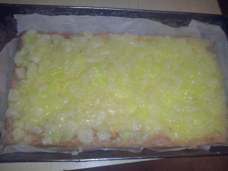Ciasto z budyniem z ananasem i zapiekaną bezą