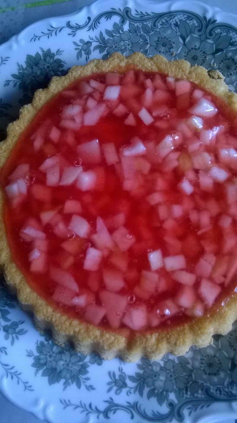 Ciasto z galaretką i jabłkami.