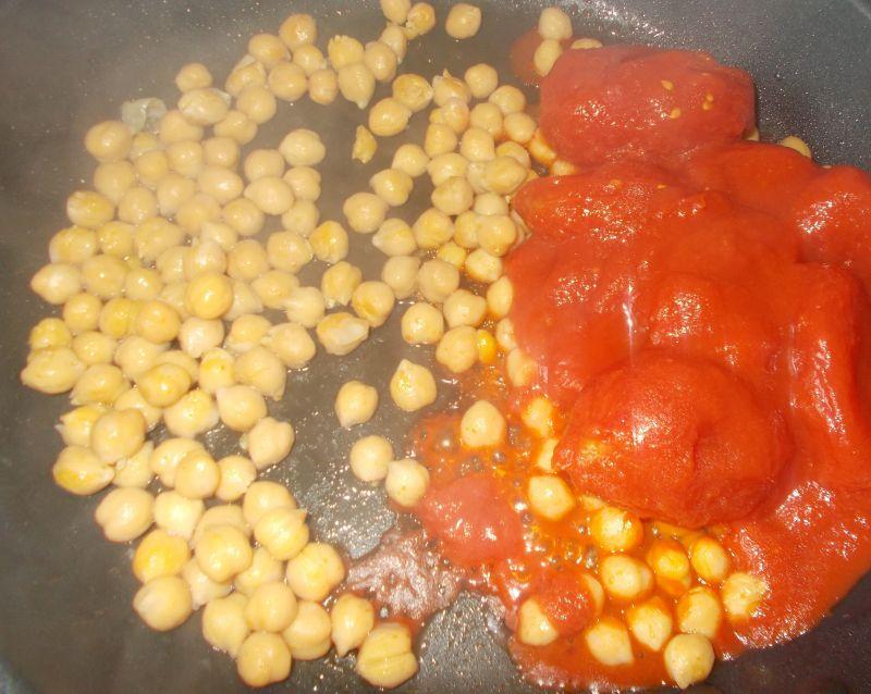 Ciecierzyca w pomidorach, w serowych łódeczkach