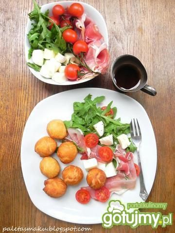Coccoli z sałatką - włoskie inspiracje