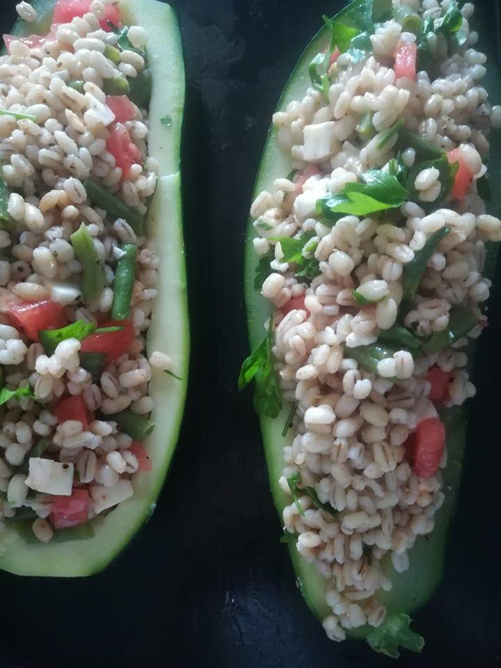 Cukinia faszerowana pęczakiem, warzywami i serem