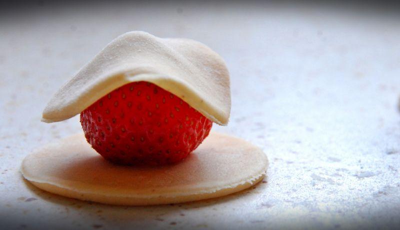 Cynamonowe pierogi z truskawkami