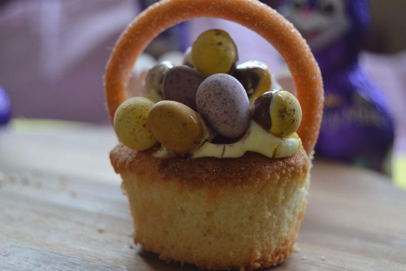 Cytrynowe babeczki koszyczki z jajeczkami