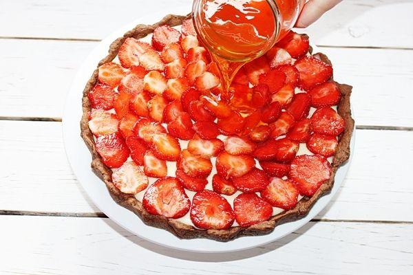Czekoladowa tarta z truskawkami i masą budyniową