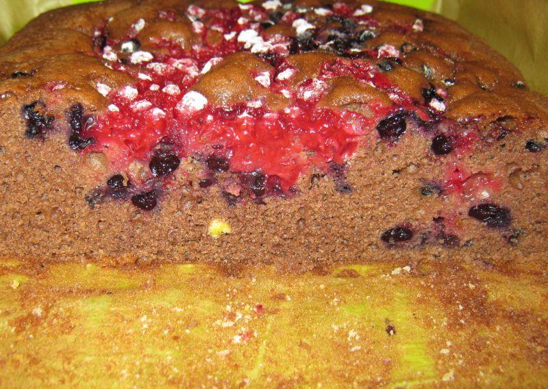 Czekoladowe ciasto z owocami