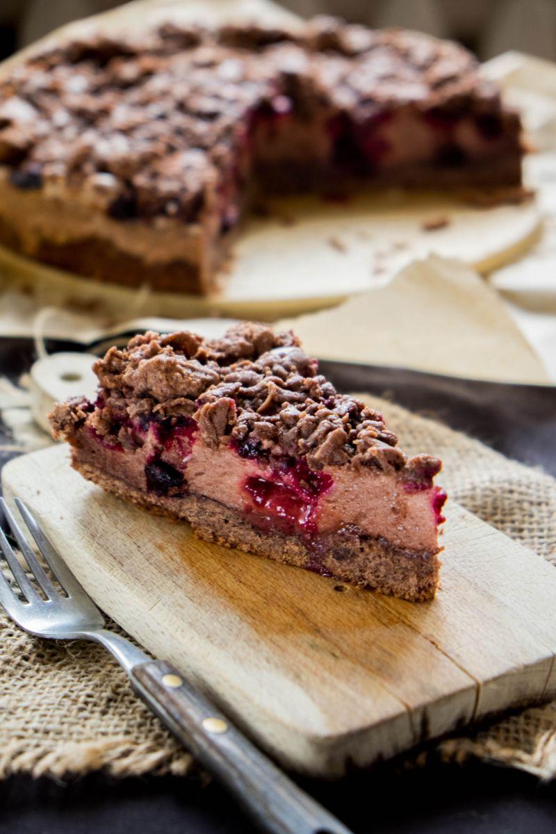 Czekoladowe ciasto z pianką i owocami