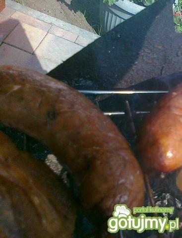 Czosnek z kiełbasą gospodarza na grillu