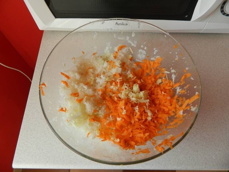 Czosnkowa surówka z białej rzodkwi i marchewki