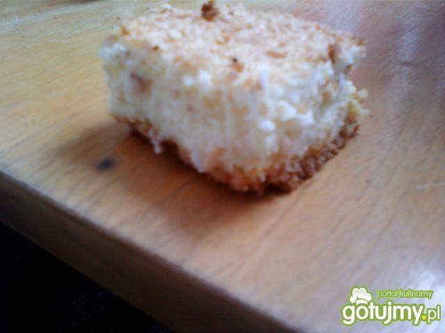 Delikatny sernik z kokosowym obłokiem